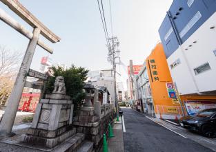 大須商店街からお越しになる場合には、三輪神社さんを目印としてお越しください。オレンジ色の壁が目印です。